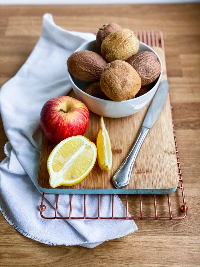Kiwi and a apple with half a lemon